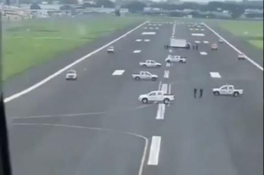 The blocked runway at Ecuador airport. (Image source: Twitter/<a href=