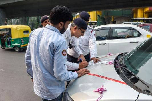Traffic policemen impose penalty on a traffic offender for riding a vehicle with a number plate ending with an odd digit during the Odd-Even scheme, in New Delhi. (Image: PTI)